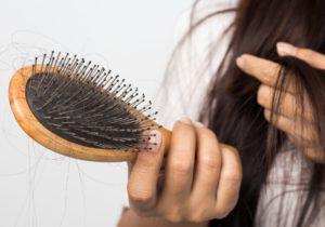 Viele Frauen und Männer leiden unter Haarausfall.