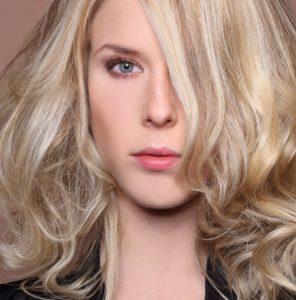 Eine Haarverdichtung ist in spezialisierten Friseursalons und Haarpraxen möglich.