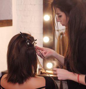 Die Haarverdichtung beim Friseur ist teilweise mit hohen Kosten verbunden.