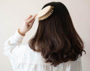 Die Pflege der Haarverdichtung ist ebenso wichtig wie die des Eigenhaars.