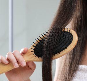 Kämme Deine Haare immer so durch, dass sich alle Verknotungen lösen.