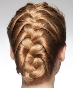 Bevor Du Dich schlafen legst, flechte Deine Haare zusammen, damit sich Deine Extensions nicht verknoten.