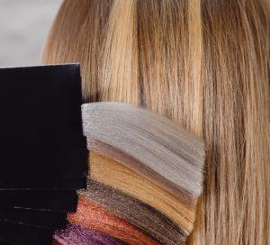 Lässt Du Dir Microring-Extensions beim Friseur einsetzen, bekommst Du eine professionelle Farbberatung.