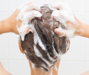 Für Microring-Extensions nutzt Du am besten ein spezielles Shampoo für Haarverlängerungen.