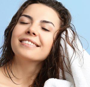 Zum Trocknen Deiner Haare drückst Du das Wasser am besten mit einem Handtuch heraus.