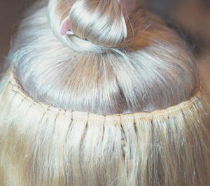 Manche Flip-in-Extensions haben auch ein Gummiband, um in Deinem Haar zu halten.