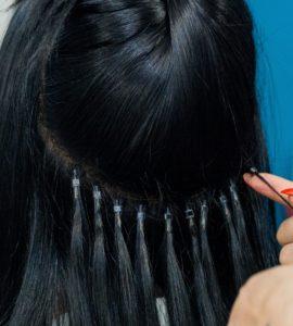 Microring-Extensions werden Strähne für Strähne eingearbeitet.