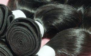 Haartressen werden zu Haarsträngen zusammengenäht.