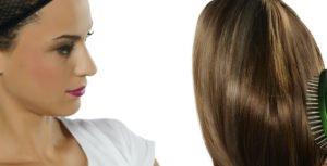 Zur richtigen Wigs-Pflege gehört auch das Kämmen der Perücke.