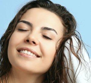 Nachdem Du Deine Haare mit der brasilianischen Haarverlängerung gewaschen hast, trocknest Du sie sanft mit einem Handtuch.