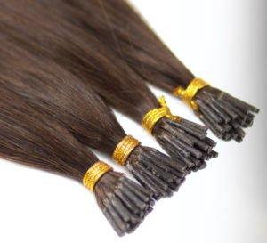 Für eine brasilianische Haarverlängerung werden meist Echthaar-Strähnen mit Keratin-Bondings eingesetzt.