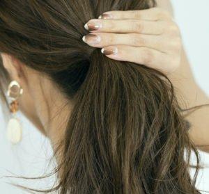 Um ein Zopf-Haarteil einzuarbeiten, musst Du Dir erst einmal einen Zopf aus Deinem Eigenhaar machen.