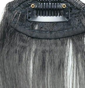Ein Clip-in-Pony hält mit Haarklammern in Deinem Haar.