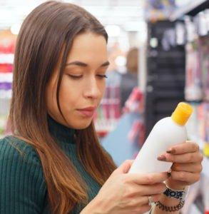 Wenn Du ein Shampoo für Extensions kaufen willst, solltest Du Dir die Inhaltsstoffe genau ansehen.