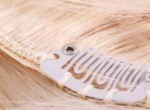 Haarteile aus Echthaar mit Clips funktionieren ähnlich wie Clip-in-Extensions.