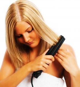 Mit einem Glätteisen bekommst Du alle Haare glatt.