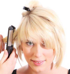 Wenn Du kurze Haare glätten willst, empfiehlt sich die Nutzung eines Mini-Glätteisens.