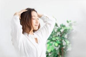 Gegen Haarausfall helfen auch regelmäßige Kopfmassagen.